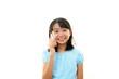 スマートフォンを持つ笑顔の女の子