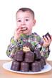 Kleiner Junge isst Schokoküsse
