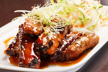 grilled ribs with salad