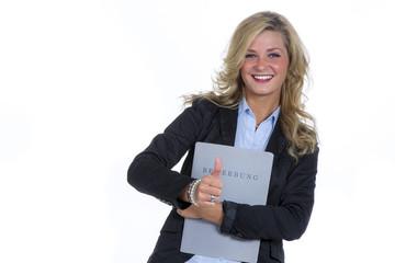 Blonde Frau in Businessoutfit mit Bewerbungsmappe
