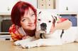 Lachende Frau mit Boxer Hund