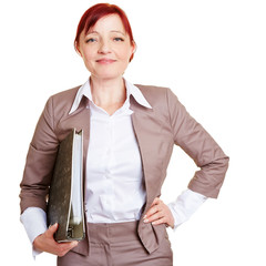 Ältere Geschäftsfrau mit Aktenordner
