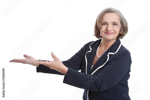 Ältere Frau grauhaarig präsentiert etwas - Hand