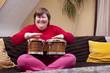 Geistig behinderte Frau mit Musiktherapie