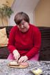 Behinderte Frau macht sich ein belegtes Brot