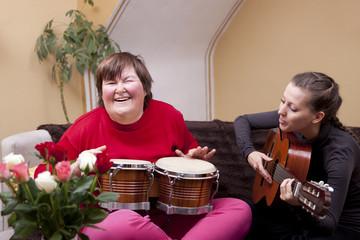 Zwei Frauen machen eine Musiktherapie