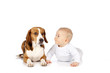 Süßes Baby mit Hund - sweet baby with dog isolated