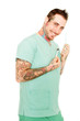 tattoowierter Mann als Arzt