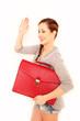 junge Geschäftsfrau mit roter Tasche