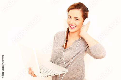 junges Mädchen hört Musik