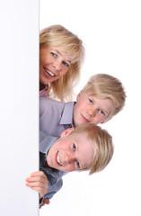 Frau mit Kindern neben weißer Wand - woman with children