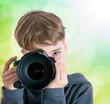 Junge fotografiert mit DSLR im Freien
