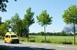 Gelber Krankenwagen auf Landstraße