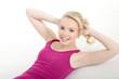 Junge hübsche Frau beim Fitnesstraining