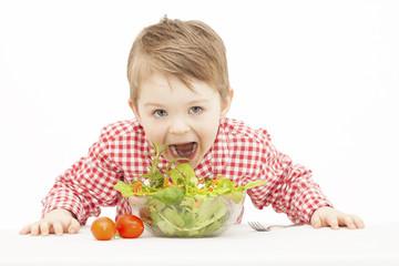 Kind mit Salat