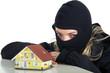 Einbrecher in Maske beobachtet Haus zwecks Einbruch