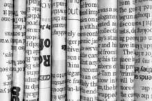 Rangée de journaux en noir et blanc