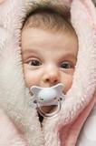 Bonito bebe en toalla esponjosa. poster