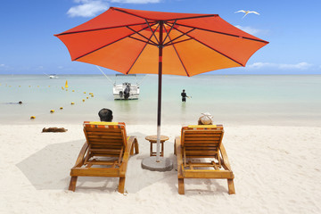parasol sur plage paradisiaque