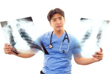 心配そうな表情を浮かべる医師