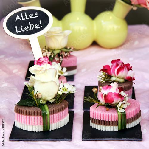 kleine gestecke mit rosenblüten