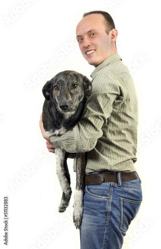 Mann trägt seinen Hund