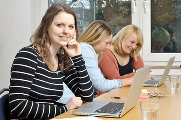 Junge Frauen beim gemeinsamen Lernen
