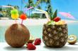 cocktails cocco e ananas con frutta su sfondo mare esotico