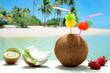 cocktails di cocco con frutta su sfondo mare esotico