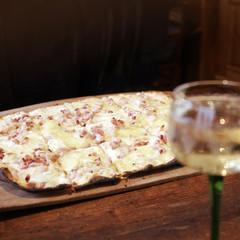 flammkuchen mit einem glas weißwein