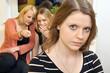 Junge Frau als Mobbing-Opfer