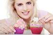 Junge Frau dekoriert lächelnd Cupcake