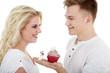 Junger Mann macht Heiratsantrag mit Cupcake