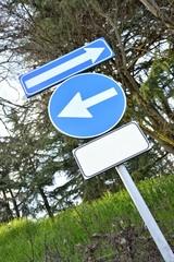 Segnale stradale con due frecce e spazio per testo