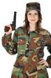Junge Frau in Armeeuniform hält Pistole