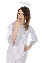 Junge Frau im Engel-Kostüm