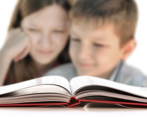 Deux enfants devant un livre