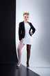 Junge hübsche Frau in Schwarz Weiß Fashion Mode