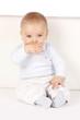 süßes Baby sitzt an einer Wand - sweet baby sitting
