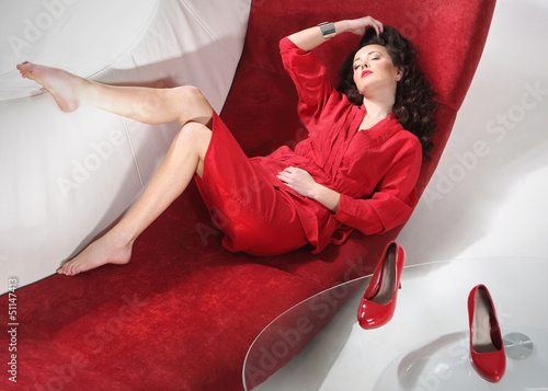 seksowna kobieta odpoczywa na kanapie