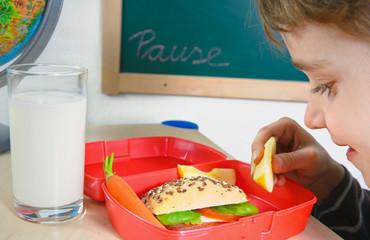 Kind mit Brotdose zur Frühstückspause
