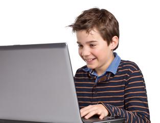 Freundlicher Junge / Kind mit Laptop / Notebook