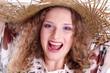 Gesicht eines jungen glücklichen Mädchens mit Hut
