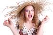 Glückliche junge Frau sommerlich mit Strohhut