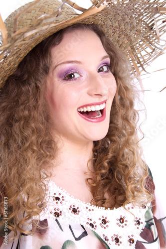 Sommeranfang - Glückliche junge Frau mit Sonnenhut