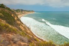 Belle côte rugueuse avec une végétation de Malibu. USA. Californie