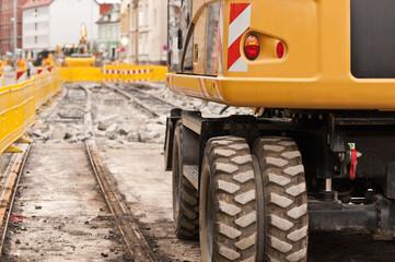 Ein Bagger bei Gleisbauarbeiten