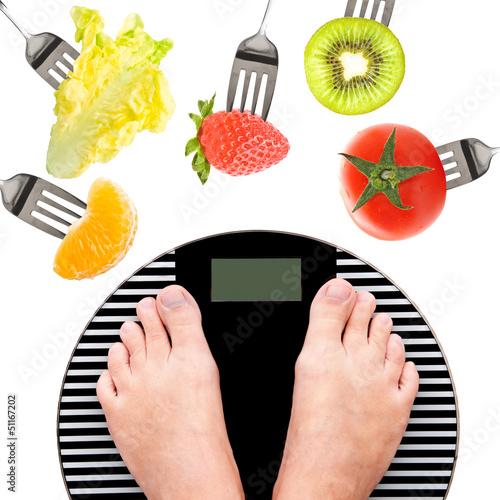 Concept régime, pèse-personne et crudités