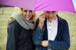 Verliebtes Pärchen unterm Regen Schirm
