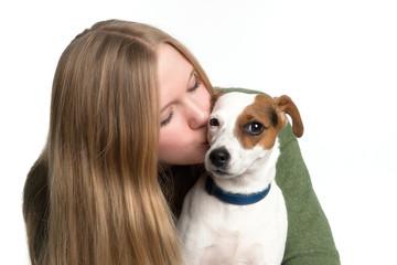 Mädchen küsst Hund